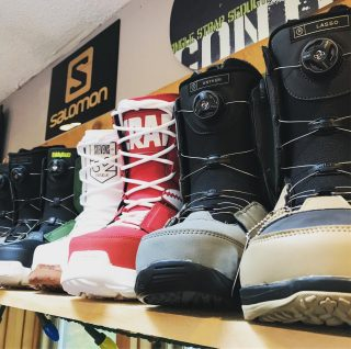 @ridesnowboards and @thirtytwo boots ready to be laced up and strapped in! #ridesnowboards #lasso #anthem #thirtytwoboots #crabgrab #scottstevens #stw